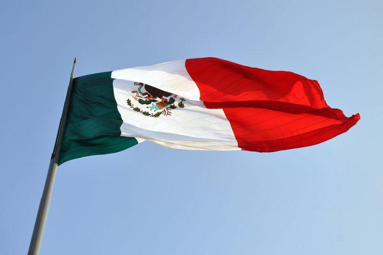 bandera de México ondeando