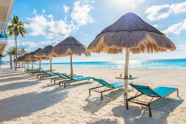 Cancún playa y camastros