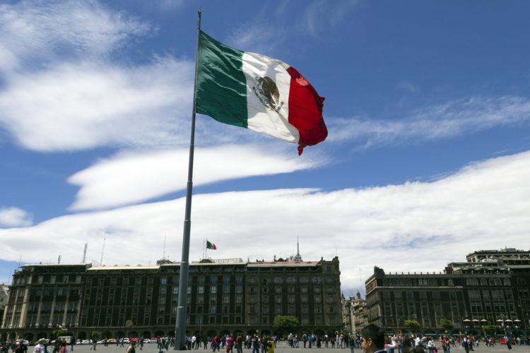 bandera de México en el Zócalo