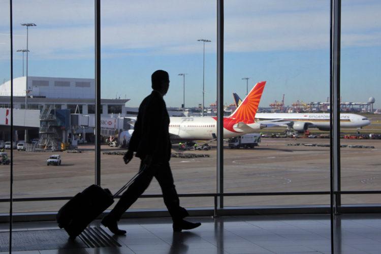 persona en una terminal del aeropuerto