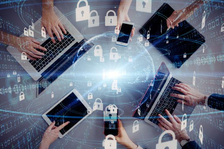 ciberseguridad personas manejando dispositivos
