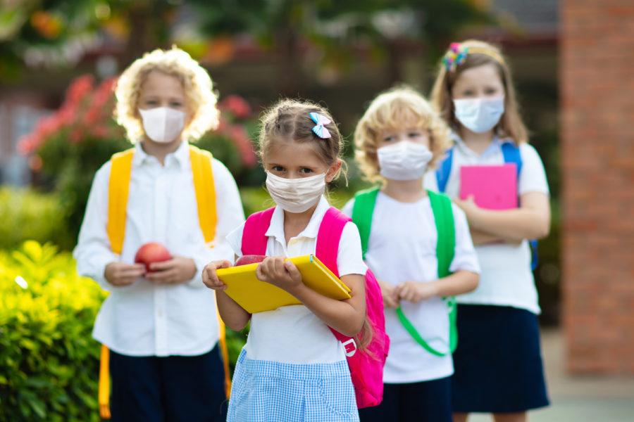 niños con mascarilla COVID-19