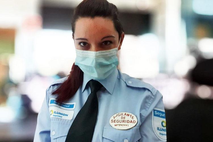 vigilante de seguridad con mascarilla