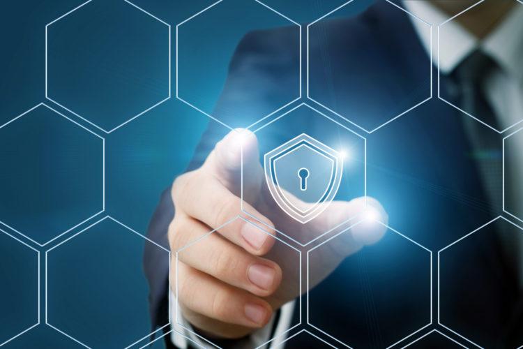 un hombre accede con su mano a un escudo de ciberseguridad