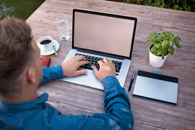 ciberseguridad y teletrabajo trabajador practicando trabajo remoto con un ordenador portátil