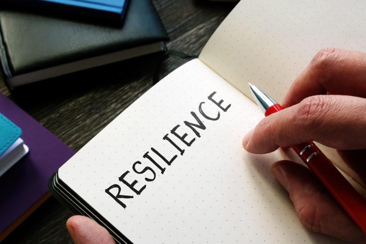 resiliencia organizacional apuntado en una libreta