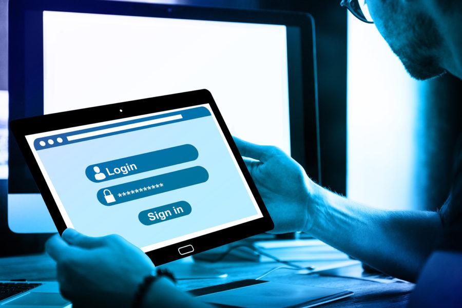 Un usuario emplea contraseñas seguras en su tablet