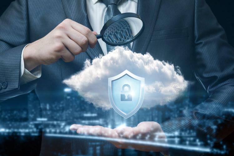 seguridad en la nube un directivo observa la seguridad cloud con una lupa