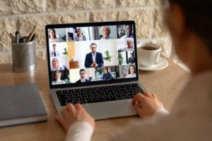 Un hombre utiliza una plataforma de videoconferencia