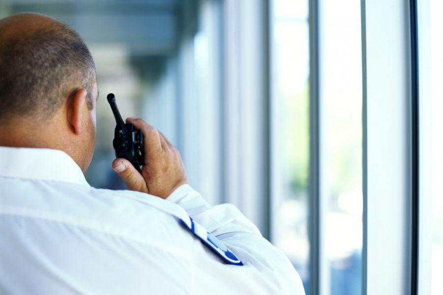 vigilante de seguridad privada comunicándose por radio