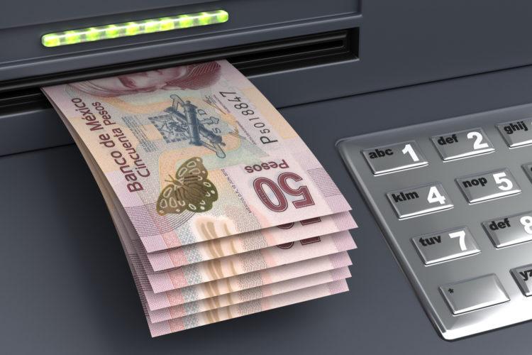 seguridad bancaria billetes de 50 pesos mexicanos en un cajero automático