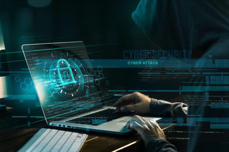 un hacker realiza un ciberataque con un ordenador portátil