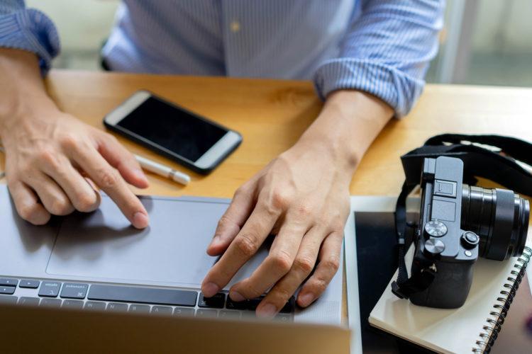 un periodista trabaja con su ordenador portátil