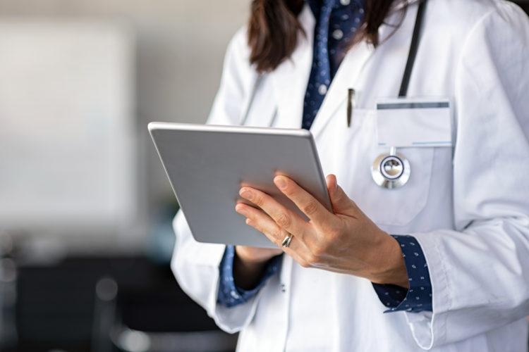 seguridad hospitalaria una doctora maneja una tablet en la consulta