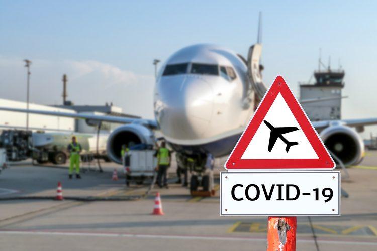 seguridad aeropuertos un avión y una señal de COVID-19