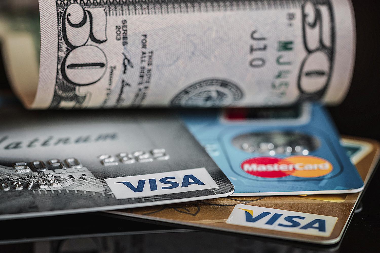 dinero en efectivo y tarjetas bancarias