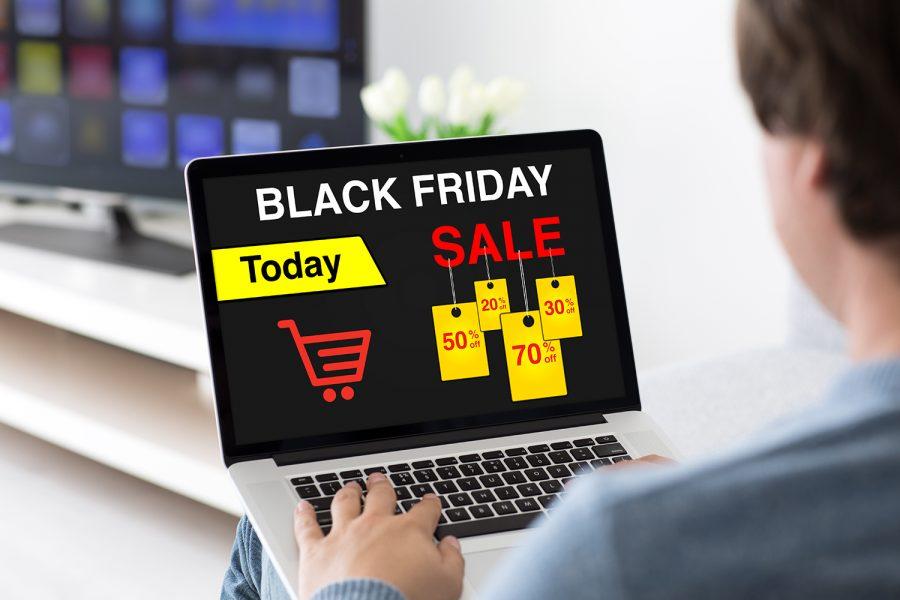 Un consumidor consulta las ofertas del Black Friday en su ordenador