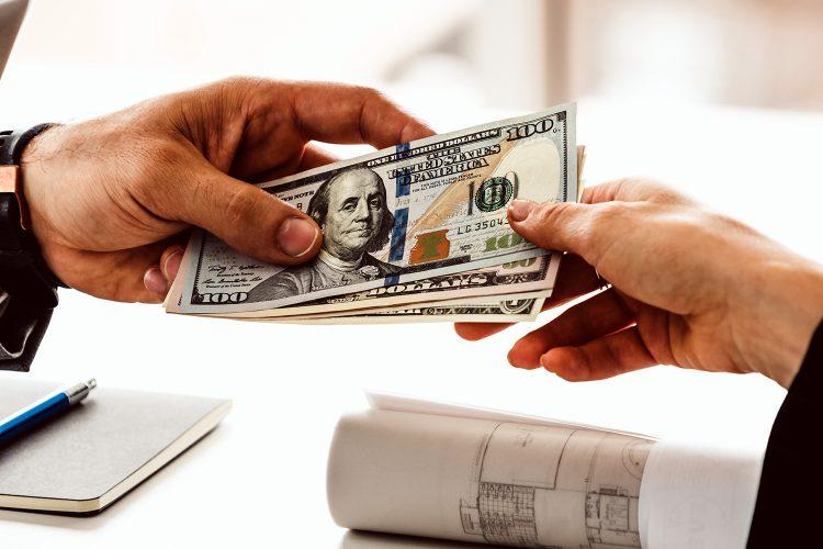 dinero en efectivo dos personas intercambian billetes de 100 dólares
