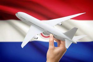 bandera de Paraguay y avión comercial