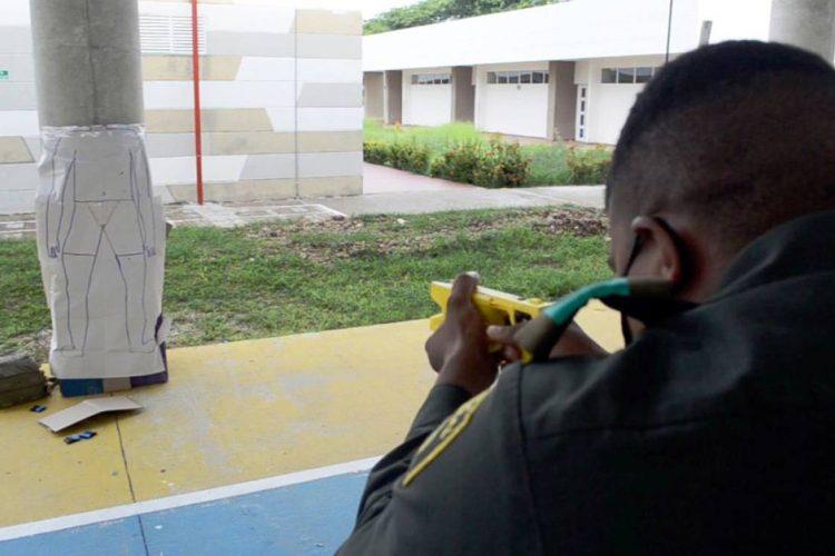 armas no letales un policía colombiano maneja una pistola taser