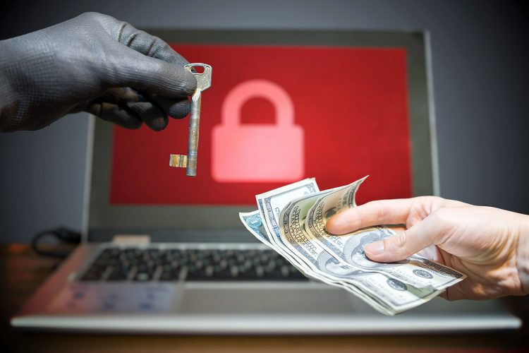 ciberseguridad un hombre paga un rescate de ransomware