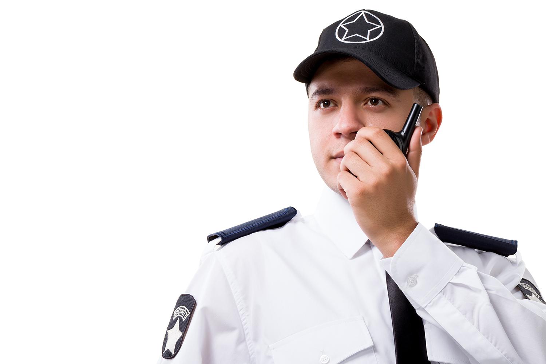 un vigilante de seguridad habla por radio