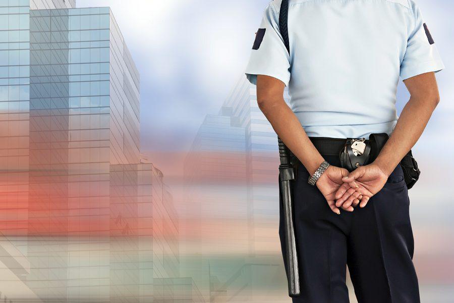 un guarda de seguridad privada vigila unos edificios