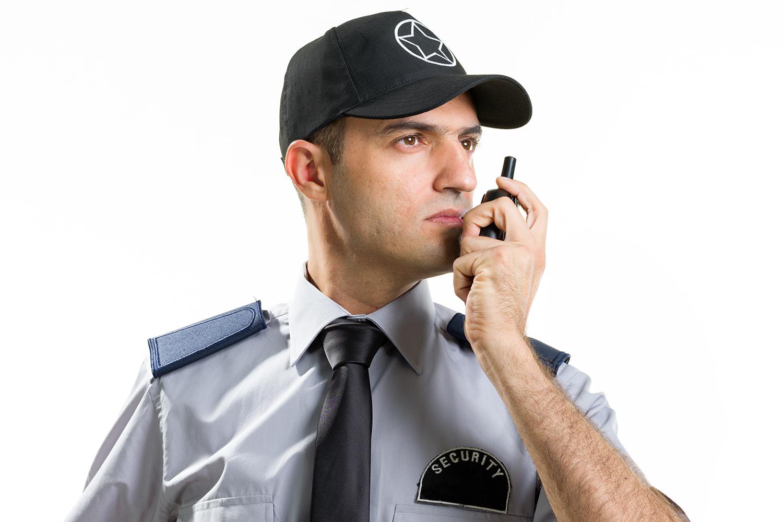 un guarda de seguridad privada se comunica por radio