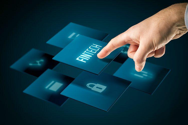 un usuario interactúa con la tecnología financiera