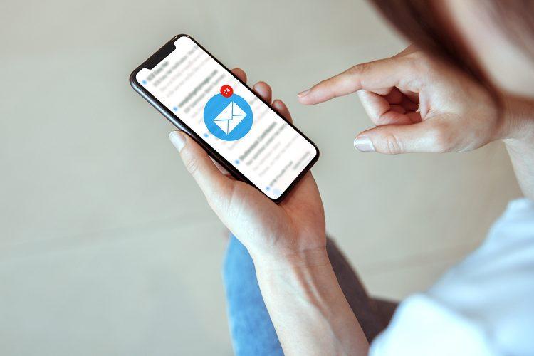 ciberseguridad una mujer recibe un email en su smartphone