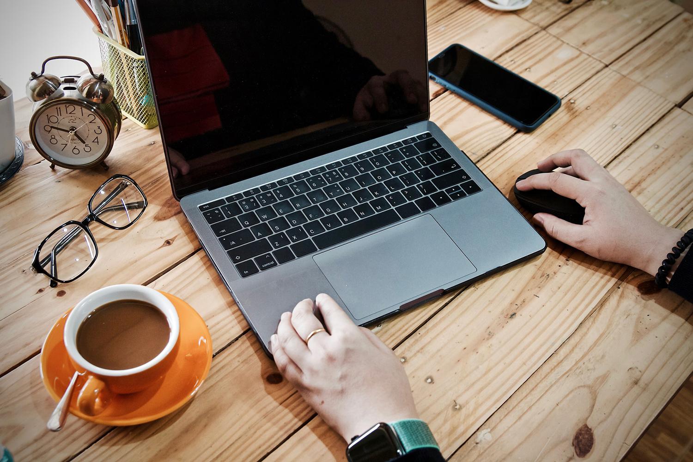 ciberseguridad una mujer practica trabajo remoto con su ordenador portátil
