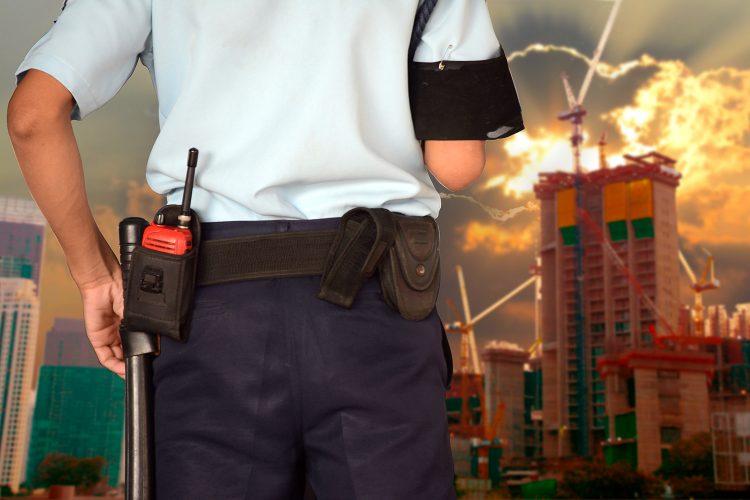 un vigilante presta servicio de seguridad privada