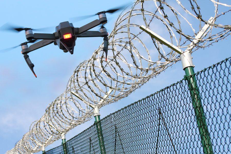 un dron sobrevuela una infraestructura crítica