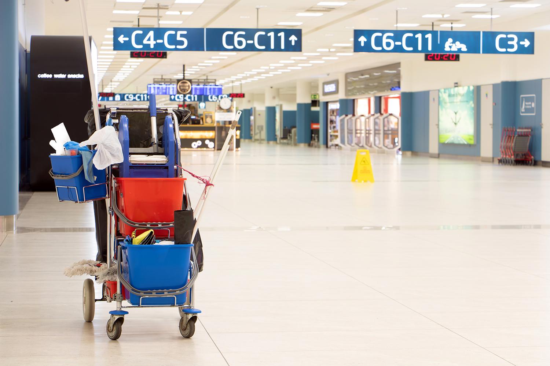seguridad aeroportuaria carro de limpieza en un aeropuerto
