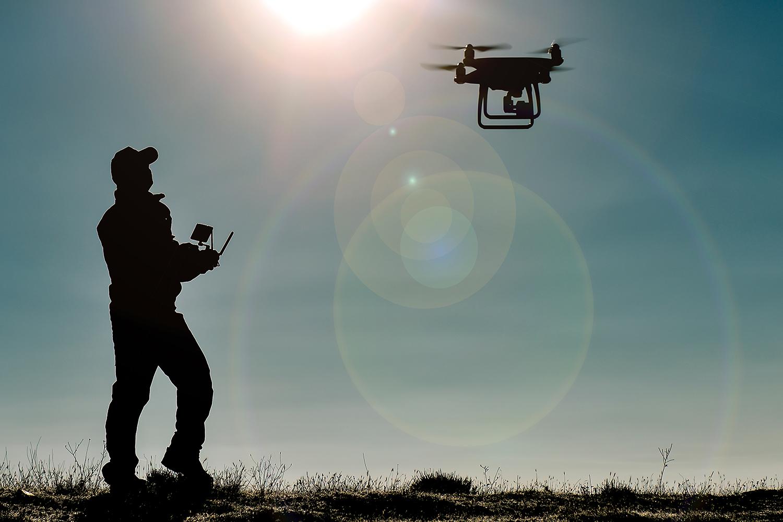 un vigilante de seguridad privada maneja un dron