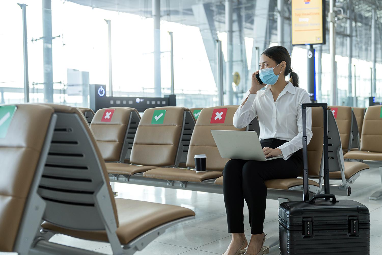 seguridad de la aviación civil una viajera en el aeropuerto