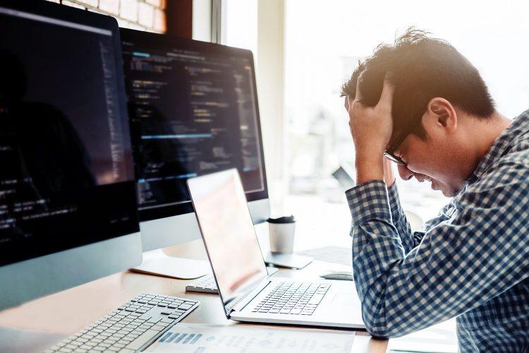 profesional de ciberseguridad estresado