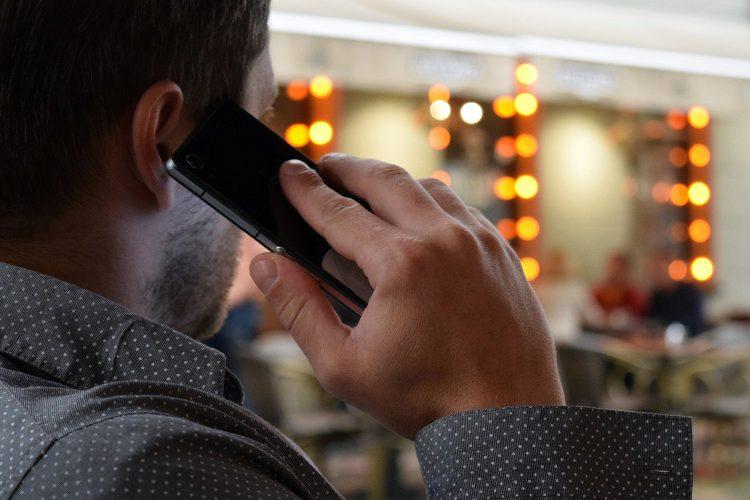 un hombre realiza una extorsión telefónica