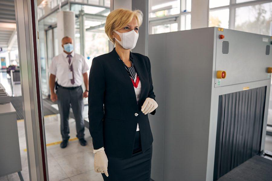 una mujer en un control de seguridad de un aeropuerto