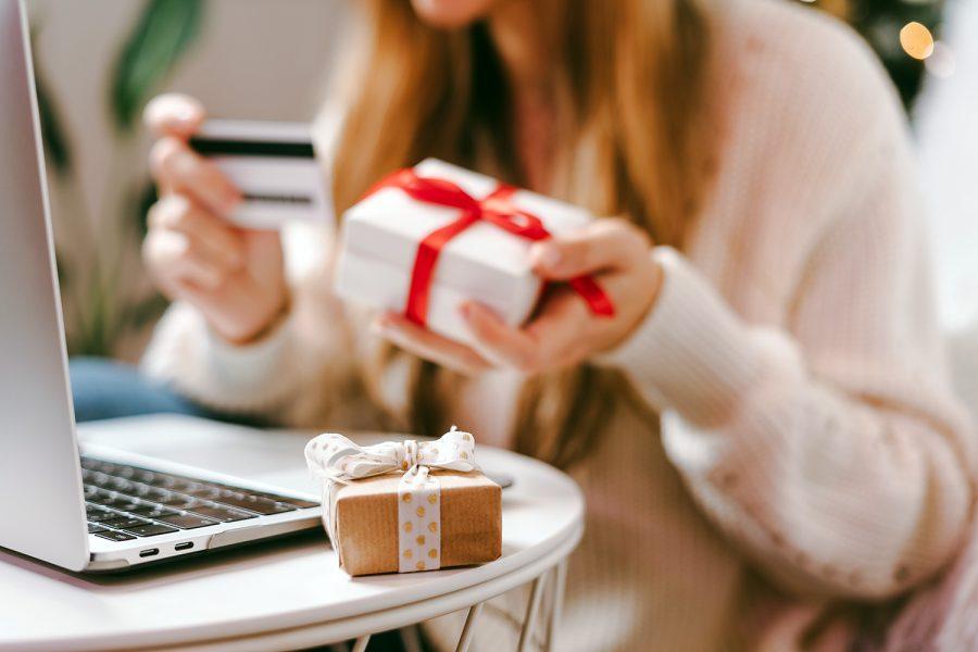 una mujer realiza compras en línea en San Valentín