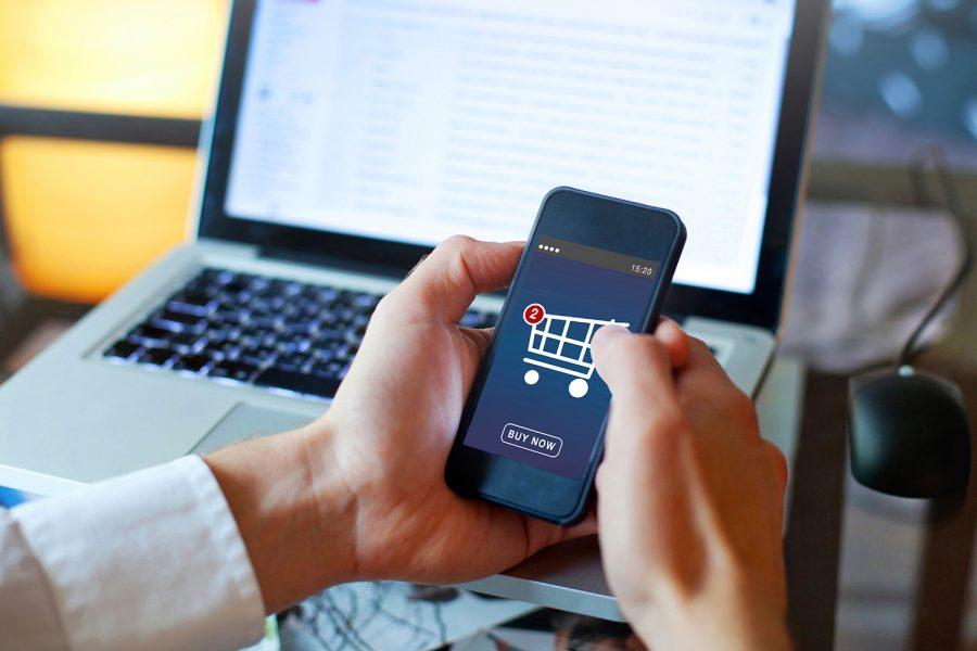 un consumidor realiza compras en línea con su celular