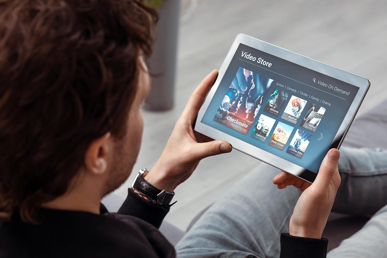 un trabajador de ciberseguridad visualiza vídeos en una tablet