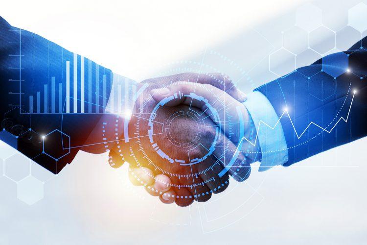 dos personas se dan la mano en un acuerdo de ciberseguridad