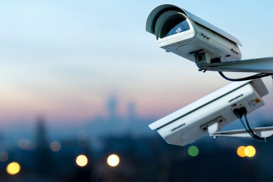 cámaras de videovigilancia con una ciudad al fondo