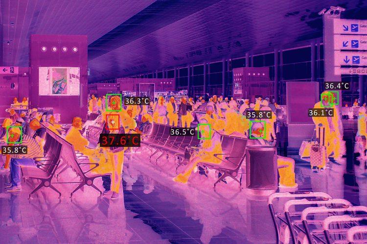 medida de temperatura corporal con cámara termográfica en un aeropuerto