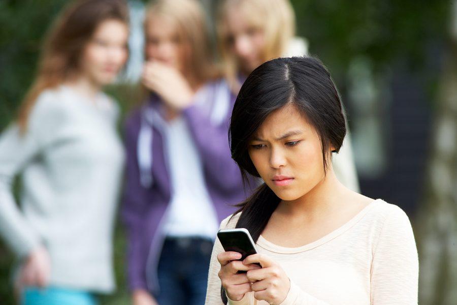 una niña es víctima de ciberacoso