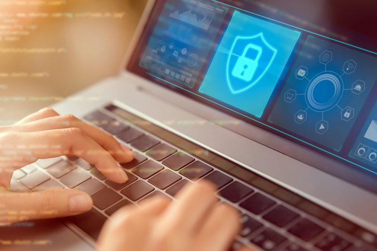 un alumno estudia ciberseguridad en su ordenador