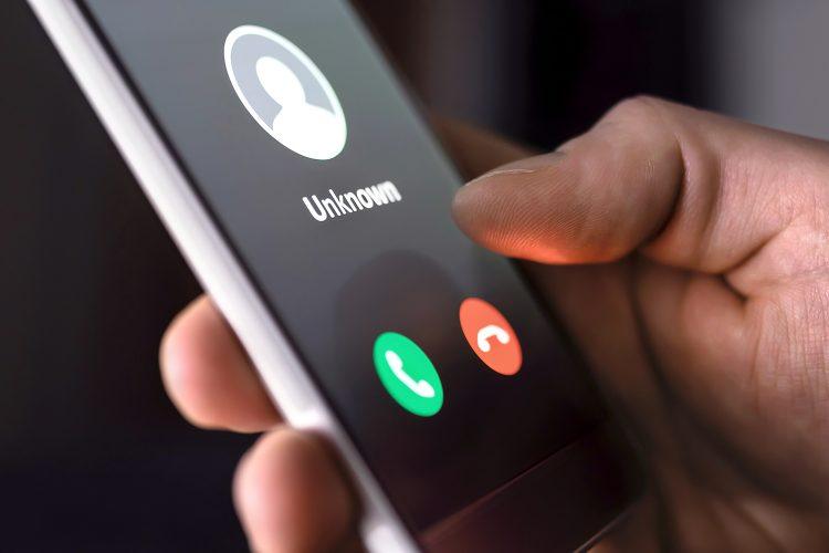 un hombre recibe una llamada telefónica de un remitente desconocido