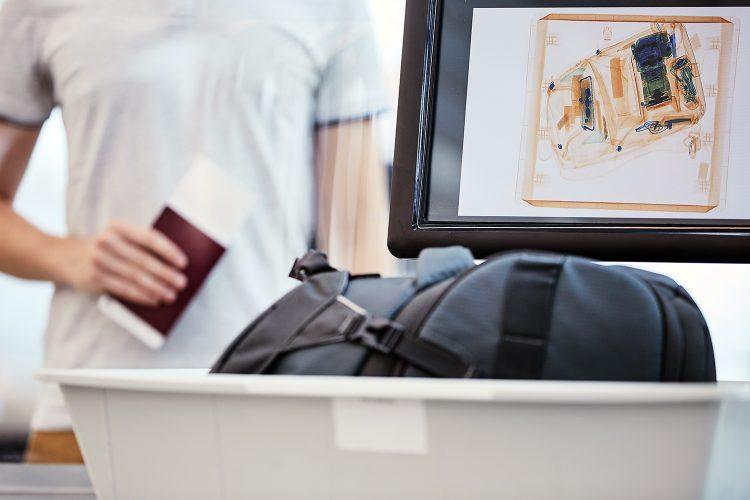inspección de equipaje en un aeropuerto