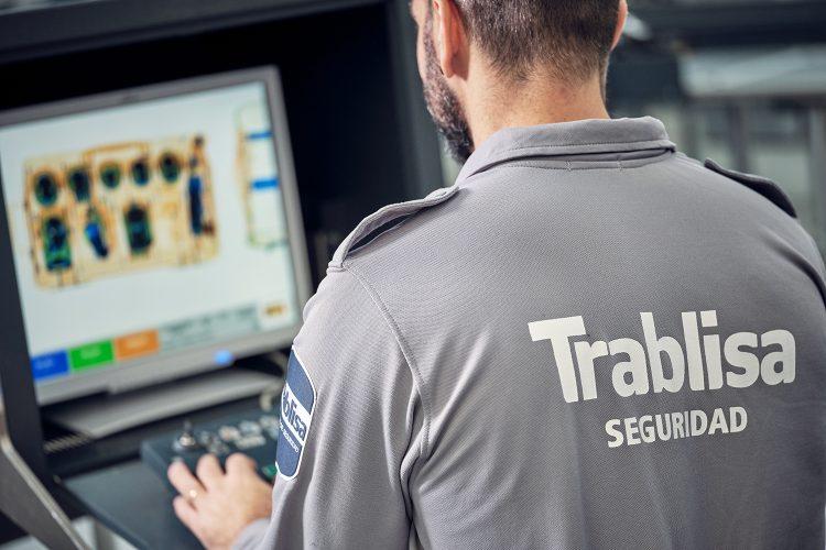 un vigilante de Trablisa trabaja con un escáner en un aeropuerto